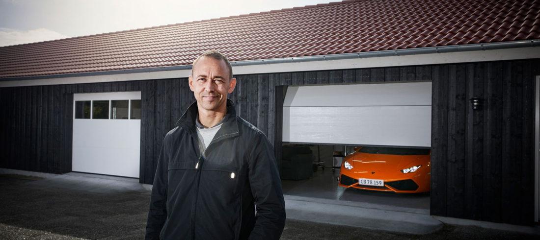 Nicolas Kiesa framför sitt nya garage