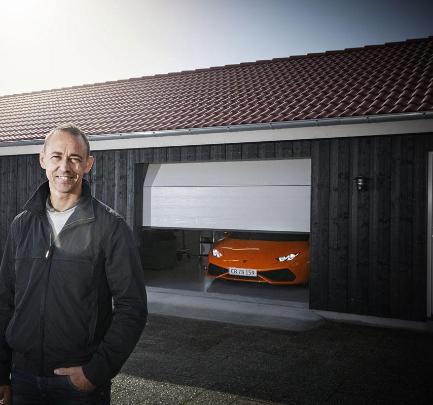 Nicolas-Kiesa står utanför garage