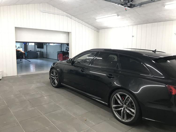 Kiesa insidan garage