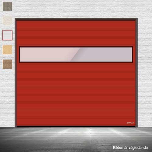 Röd garageport med fönster i mitten