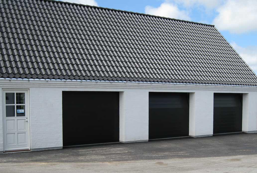 Garagelänga svarta takskjutportar