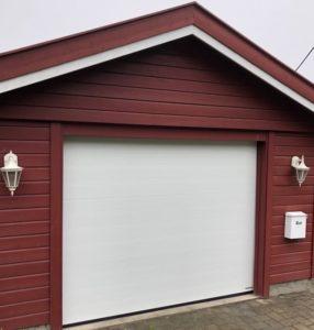 vit port med röd trä garage